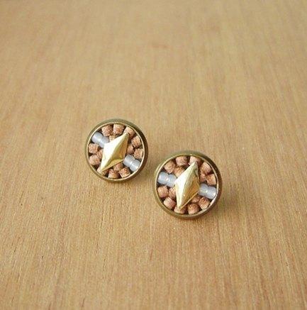 :: 小花磚 :: Deco Art(棕)。貼耳耳環。真皮。菱型。裝飾。圓。拼貼