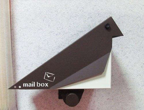當季新品」設計款不鏽鋼棲鳥信箱,玲瓏有緻,寫意大方,極具生活感之悠然意像,此頁面為可以安裝在牆面上之附轉接桿版本