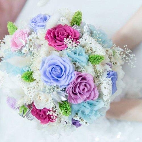 以10朵不凋玫瑰,2种颜色不凋绣球,棉花,不凋满天星,银色不凋桦木叶图片