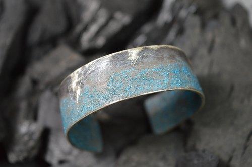 采用实心银纯手工制作的手环.