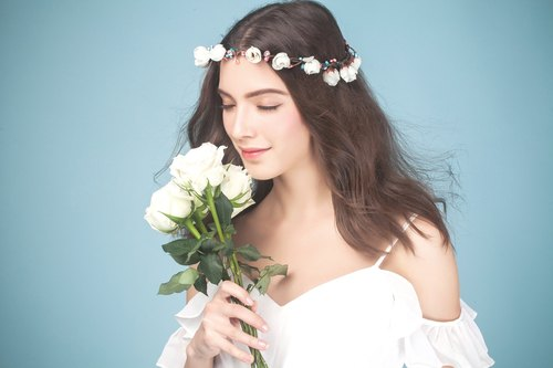 Donya ◆ ◆ bridal wreath wreath wreath bride bridesmaids small crown flower girl wedding bridal wreath of small objects outdoor photo family portrait photography wedding photography props handmade white bridal headdress bride jewelry wedding marriage Fa orn