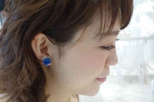 [Multicolored] Ryukyu glass cube earrings blue × light blue