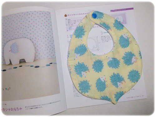 :: Small yellow hedgehog chestnuts breathable bibs