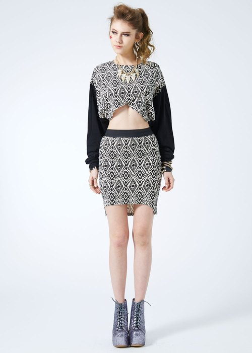 HOT HEART is in front of or behind the front skirt / geometric totem design long and short fitted skirt skirt