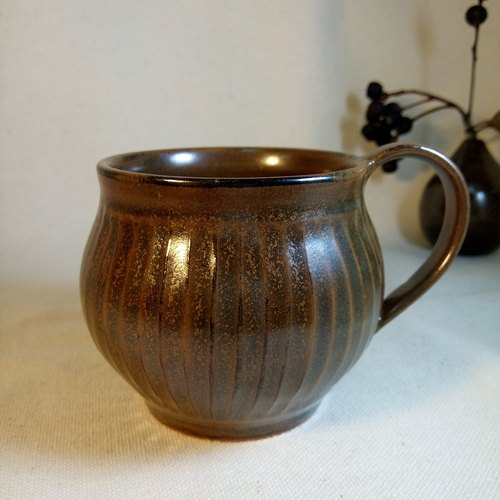Ruled round hand carved pottery mug (coffee)