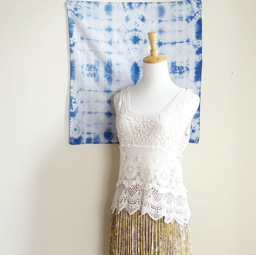 BajuTua / vintage / bohemian delicate off-white lace pattern U-neck sleeveless blouse