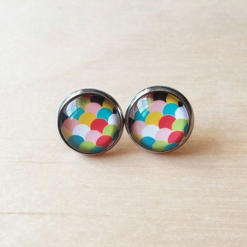 Color scale design earrings
