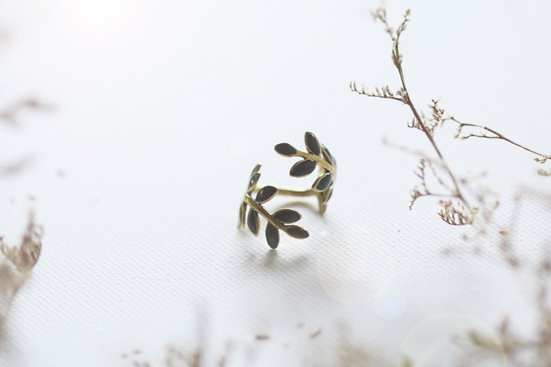 Leaf ring by linen..