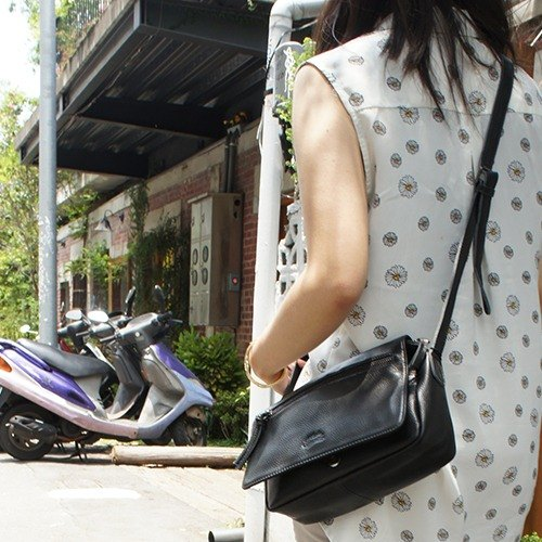 La Poche Secrete: courage girls 000 packets _ _ hatchback holding dual personality black leather bag