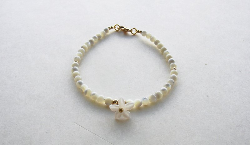 [If] Sang | Butterfly | Sayuri song. White butterfly shell beads. Shells and flowers. Bracelets