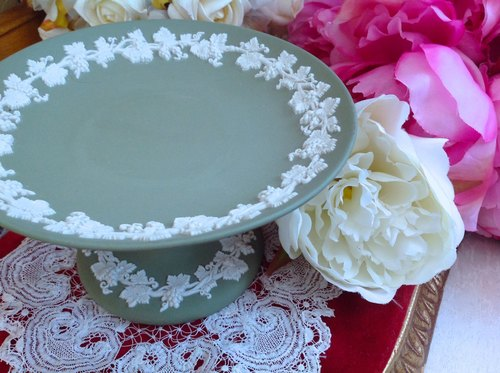 ♥ ~ ~ ♥ Anne crazy Antiquities British bone china Wedgwood jasper green vines relief tall cake dish, dessert, fruit dish rack accessories