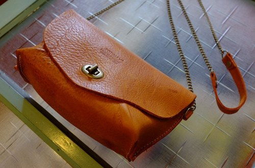 [Warm irregular chain leather bag. ]
