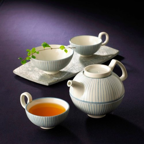 [Blue] serve tea sets off alone into the cup Tea