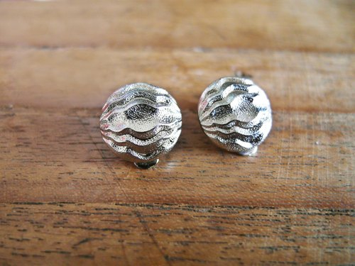 When the product [early complex manual clip-on earrings: silver ripples]