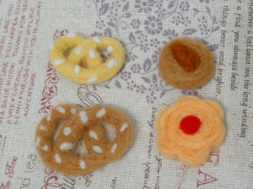"Biscuits - wool felt ""keychain, ornaments, decorations"" (can be customized to change the color)"
