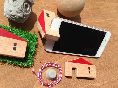 Homemade cute little hand-made wooden house phone holder