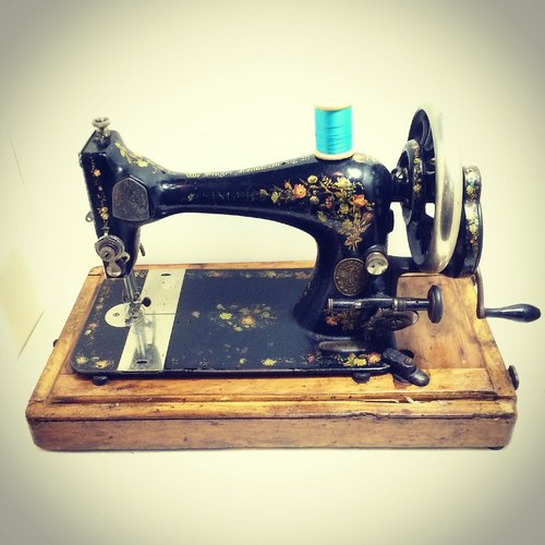 British 1910s Singer sewing machine cranked flower totem functioning