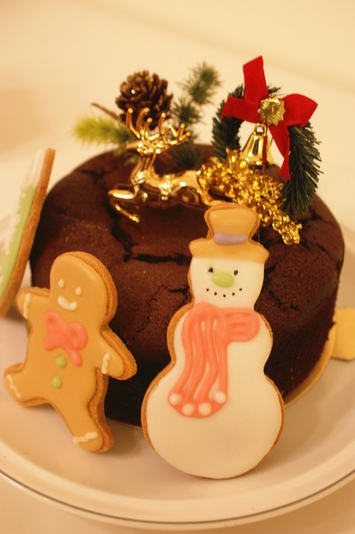 Christmas-cooked chocolate cake icing Snowman + Christmas crackers