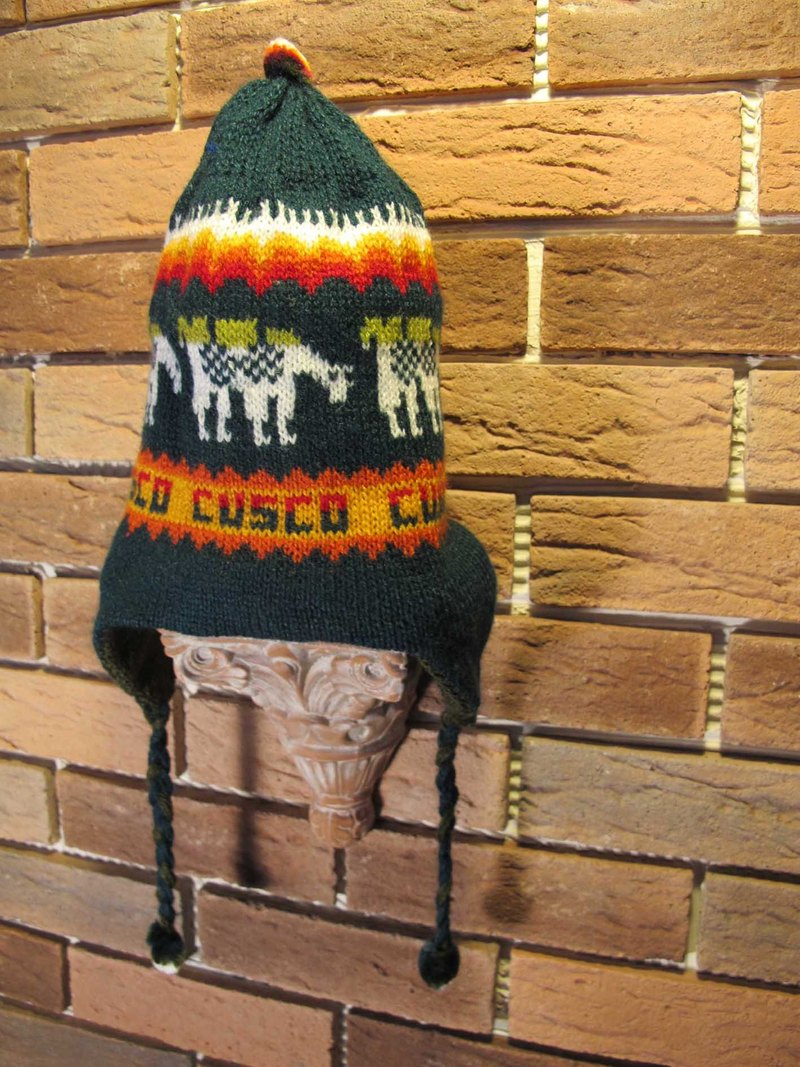 Sided wearing olive green caps alpaca walking / dark green