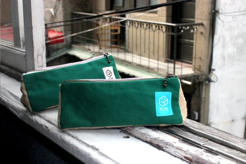 "Hand-made × coffee linen / stitching triangular pencil bag ""green stitch pieces"""