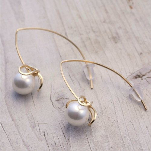 [Pierce] of pearl shell + 14KGF highly original design highly chocolate vine earrings / AkebiaPr01