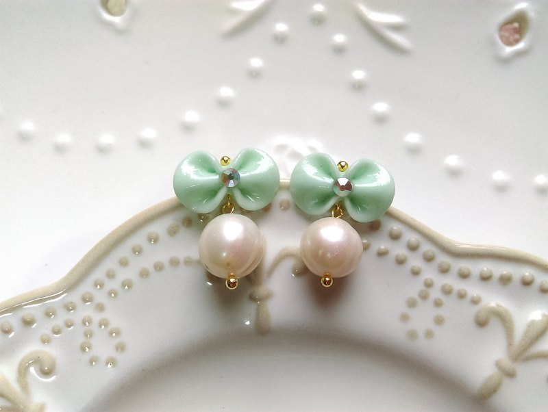 [Semi-precious stones and pearls. Miss Bow control]. Handmade earrings. {Needle / cramping} {green apple green}