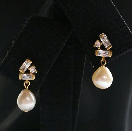 Zircon teardrop freshwater pearl earrings