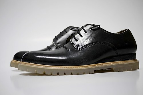 The decision is up to you. Black brush color leather welt gentleman casual shoes dual-use. Transparent bottom. EDC502