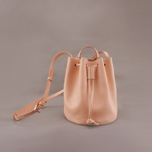 miniBert mini Bert. Dorsal beam port package. Bucket bag. Original skin color. Vegetable tanned leather / leather / RRENAE Leatherware