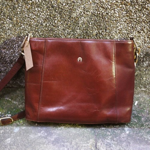 Skarn Shika // classic German brand Etienne Aigner expresso tanned dorsal small square package