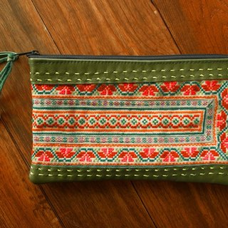 【Grooving the beats】[ Fair Trade] Hmong Wristlet Leather Clutch With the Vintage Embroidery Fabric Handmade Thailand / Cosmetic Bag(Green)