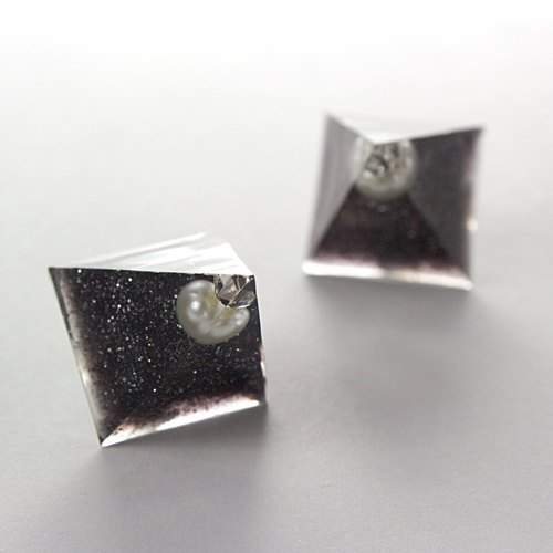 Acute angle pyramid earrings (spear)