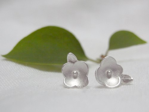 Tiny Flower--Sterling Silver--Silver Flower--Cute Flower---Stud Earrings