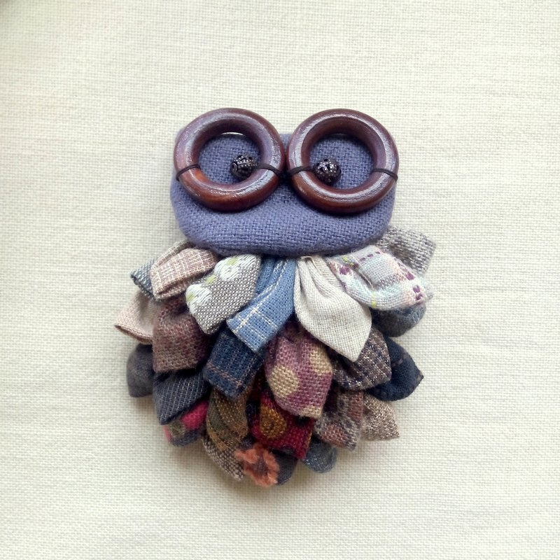 [D] lined up owl / brooch
