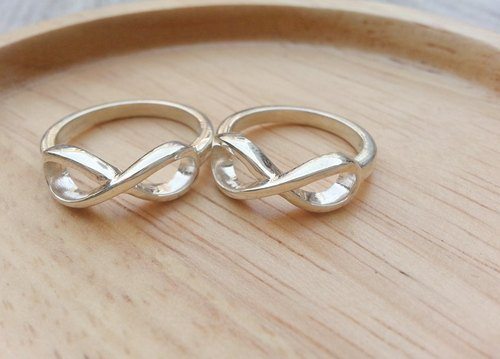 Eternity ring in silver pins.