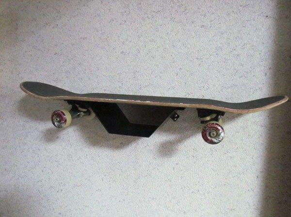 金屬製滑板架,滑板置物架,將常用滑板收納於牆面上,下方可置物或放零件