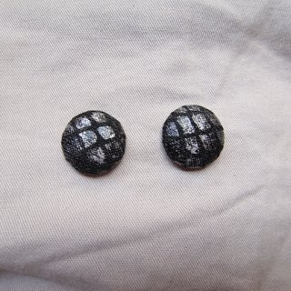 (C) _ mysterious black grid cloth button earrings C22BT / UY35