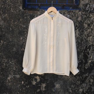 Small collar shirt embroidered carved