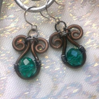 Wire Dance earrings - Cho emerald