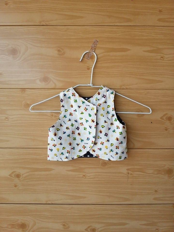 [Colorful] Reversible Vest- two-sided vest A child wearing school play money