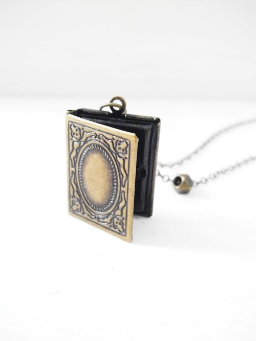 Simple retro nostalgia small books Classical carved small treasure box small box small box with bronze necklace