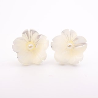A Handmade white shell flower with pearl earrings