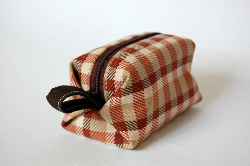 Casual-life hand-made cosmetic checkered squares