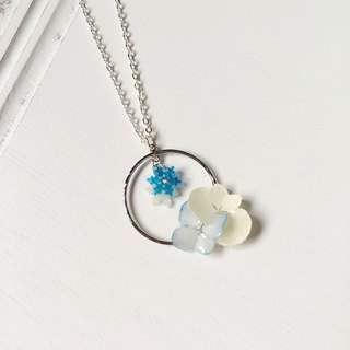 [Winter] - Blue and white hydrangea round pendant necklace with blue and white small snowflakes (real flowers series)