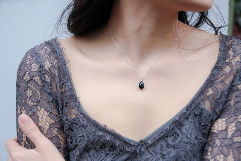 Courage black spinel drop chain clavicle