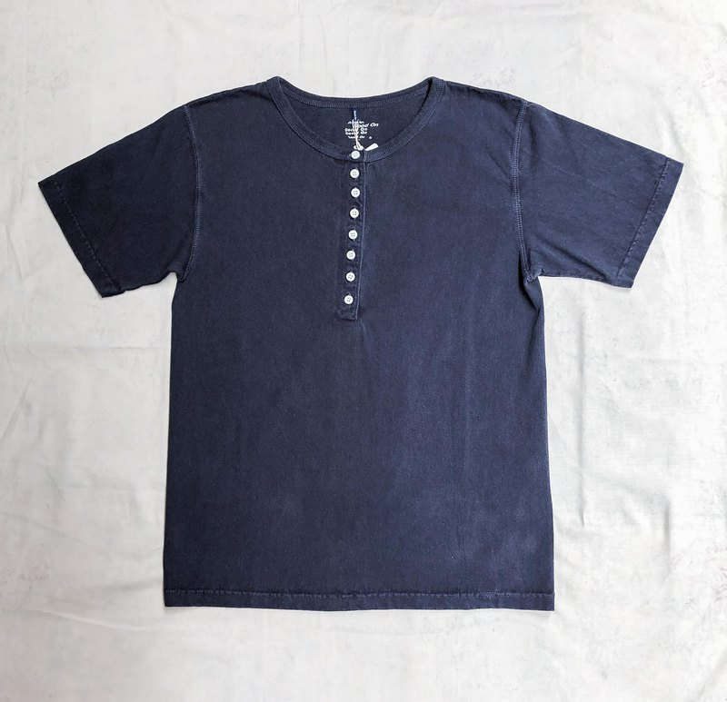 裊裊百貨公司- 新品 GOOD ON 8 BUTTON HENLEY TEE