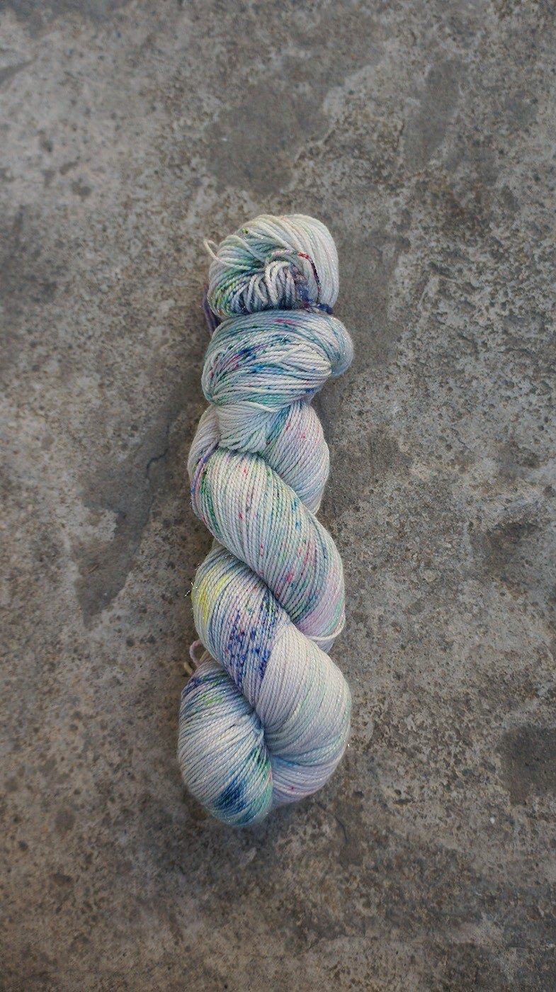 Hand dyed line. Floating (spark) (4ply socks)
