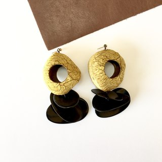 Pangi sheeds and black tagua stud-earring 14kgf mustard color