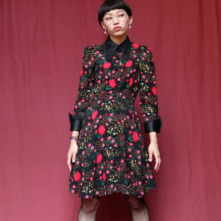 Pumpkin Vintage. Ancient black printed lace collar dress