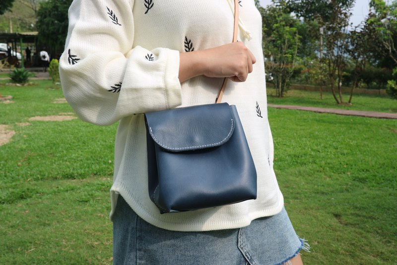 Yi Chuang between | Dark blue hand-stitched leather clamshell magnetic buckle backpack shoulder bag small bucket bag